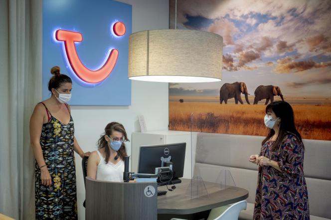 Cinthia Bernard Decot, à gauche, et Valérie Daplomb, à droite, dans l'agence TUI du centre commercial de la Part-Dieu, à Lyon, le 24 juillet.