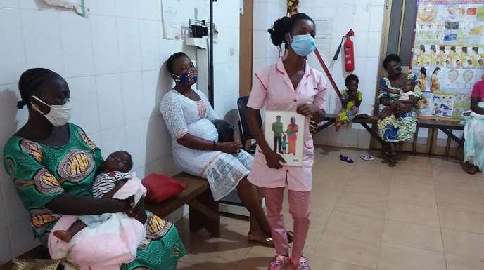 Une sage-femme parle de planification familiale dans un centre de santé d'Assahoun (Togo)