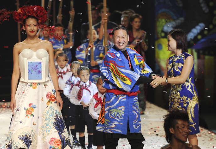 Le créateur de mode japonais Kansai Yamamoto, au centre, lors d'un défilé à Pékin, enseptembre2012.