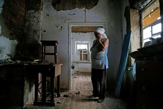 Une maison endommagée du village de Vesele, dans le territoire séparatiste de Donetsk en Ukraine, lors d'affrontements entrel'armée ukrainienne et les forces séparatistes épaulées par Moscou, le 27 juillet 2020.