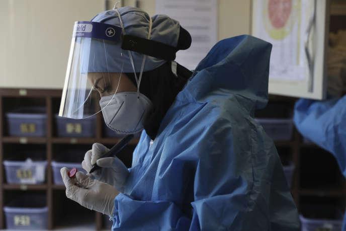 Une infirmière prépare des médicaments pour les patients Covid-19 à l'hôpital Shohadaye Tajrish de Téhéran, en Iran, le16 juin.