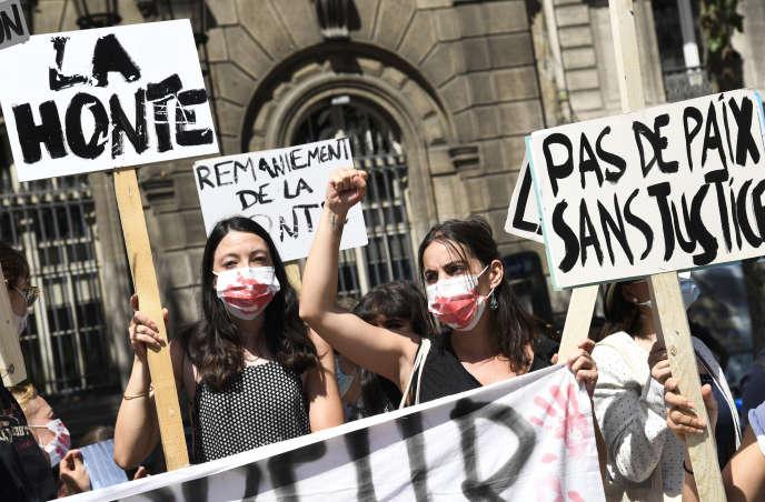 Manifestation devant la mairie de Paris à l'appel du collectif Nous toutes et d'Europe Ecologie-Les Verts, le 23 juillet.