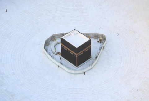 An aerial view shows an empty white-tiled area surrounding the Kaaba in Mecca's Grand Mosque, on March 6, 2020. - An eerie emptiness enveloped the sacred Kaaba in Mecca's Grand Mosque, Islam's holiest site, where attendance at Friday prayers was hit by measures to protect against the deadly new coronavirus. (Photo by Bandar ALDANDANI / AFP)