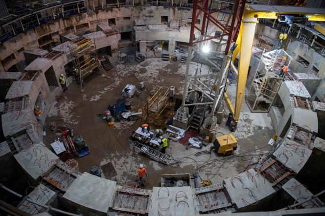 Des employés travaillent à l'intérieur du chantier de construction d'ITER (International thermonuclear experimental reactor), le 10 octobre 2018.