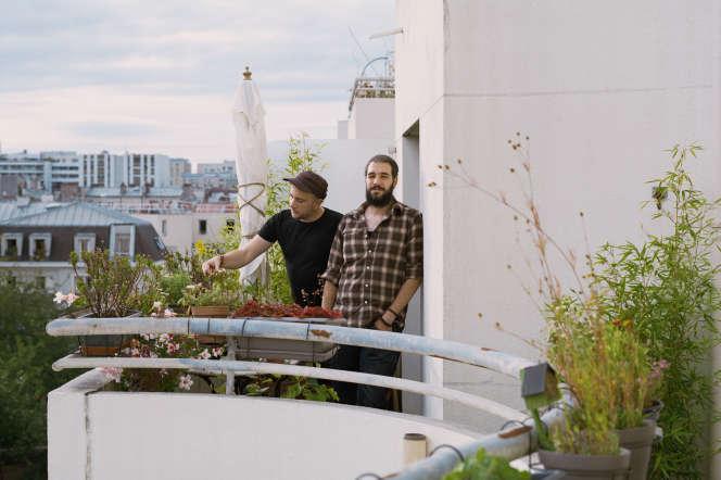 Gabriel Frangeul (à droite) et son compagnon Alexandre Lenoir sur leur balcon, cité de Gênes, à Paris, le 14juillet.