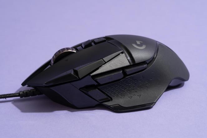 La G502 Hero offre une forme sculptée confortable, mais aucun de nos testeurs n'a aimé le bouton situé le plus à l'avant de la souris, destiné au pouce.
