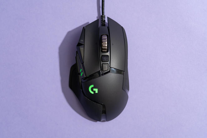 Notre souris de gaming préférée, la G502 Hero de Logitech, avec son logo illuminé en vert.
