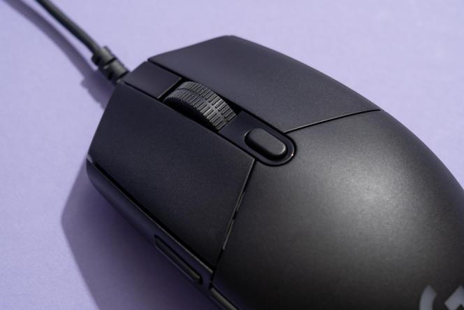 La souris G203 a moins de boutons mais c'est suffisant pour la plupart des jeux.