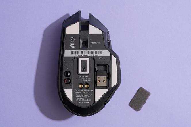 Un petit compartiment sous la Basikisk Ultimate permet de ranger le câble USB sans fil.