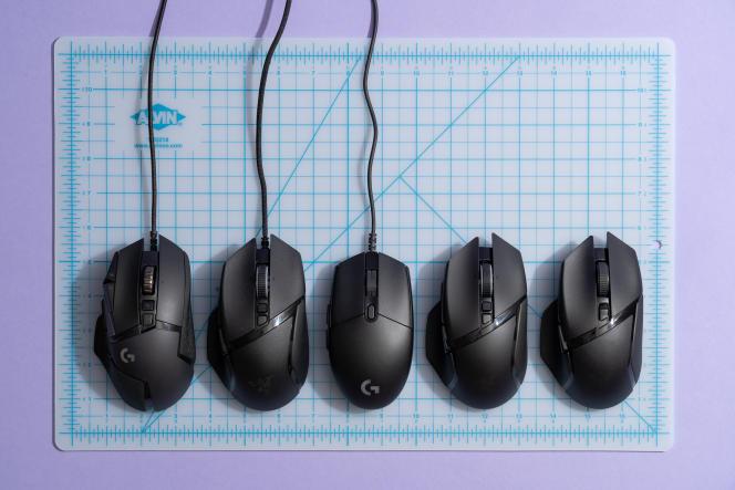Nos vainqueurs : trois souris filaires de gaming, et deux sans fil, disposées sur les quadrillages bleus d'un tapis de calibrage.