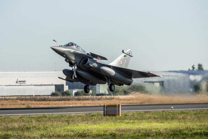 Un Rafale décolle depuis l'aéroport de Bordeaux Mérignac (Gironde), à destination de l'Inde, le 27 juillet.