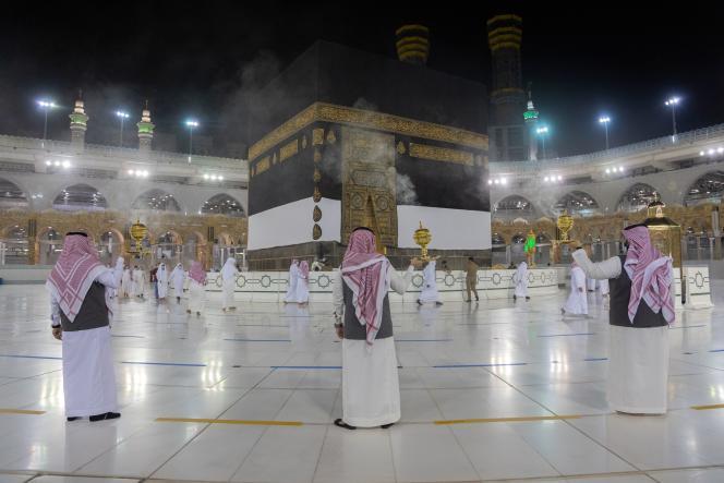 Fumigation d'encens devant la Kaaba, dimanche 26 juillet, à La Mecque.