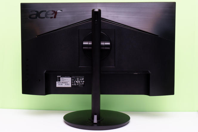 Le pied du moniteur permet de régler sa hauteur, de l'orienter vers le haut, le bas, la gauche ou la droite, et de le faire pivoter à la verticale. Une telle flexibilité est habituelle sur les écrans haut de gamme, mais rare à ce niveau de prix.