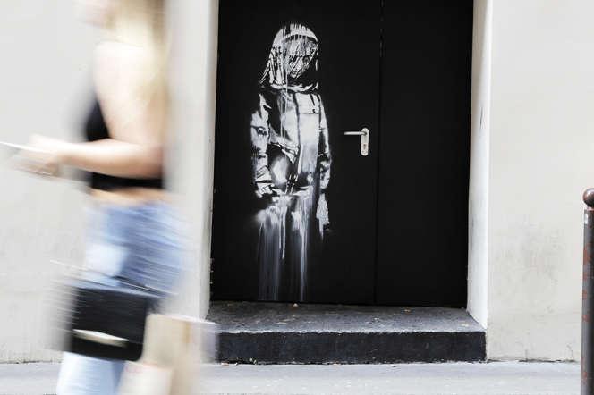 Le pochoir de Banksy, sur une porte du Bataclan, à Paris, le 25 juin 2018.
