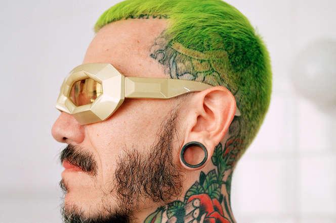 Adrian Appiolaza chez lui, à Paris, le 8 juillet, équipé de lunettes Walter Van Beirendonck.