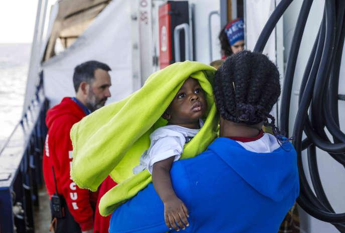 Une femme et son enfant en provenance des côtes libyennes secourues par l'ONG espagnole Maydayterraneo's Aita Mari le 10 février 2020.