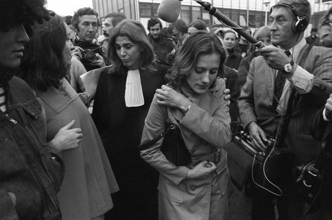 Gisèle Halimi et Marie-Claire Chevalier, accompagnées par des militantes et sympathisantes du MLF, pendant le procès de Bobigny, en 1972.