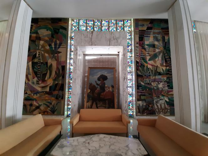 Salon avec tapisseries margoum et vitraux du palais d'été de Habib Bourguiba, à Skanès, près de Monastir, sur la côte tunisienne.