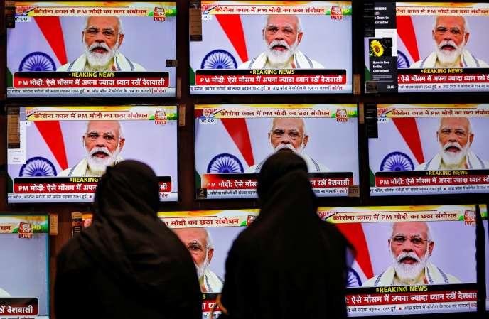 Retransmission en direct d'un discours du premier ministre indien Narendra Modi sur la pandémie de Covid-19, à Ahmedabad, dans l'Etat du Gujarat, le 30 juin.