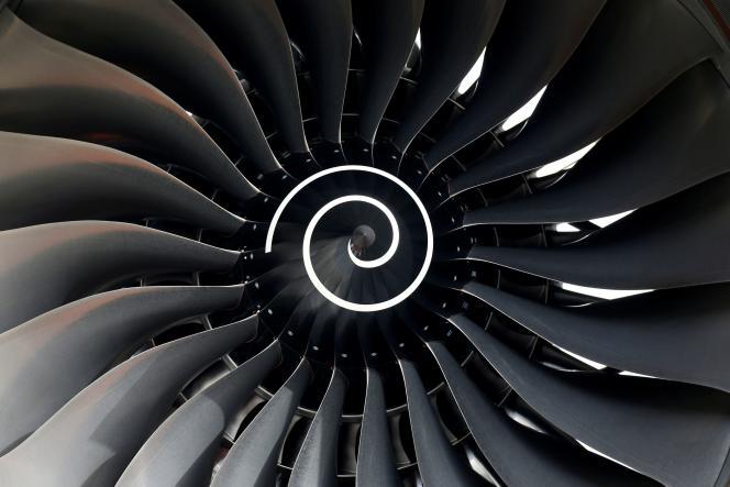 Le moteur Rolls Royce du premier avion de ligne Fiji Airways A350 XWB, au siège d'Airbus, près de Toulouse, le 15 novembre 2019.