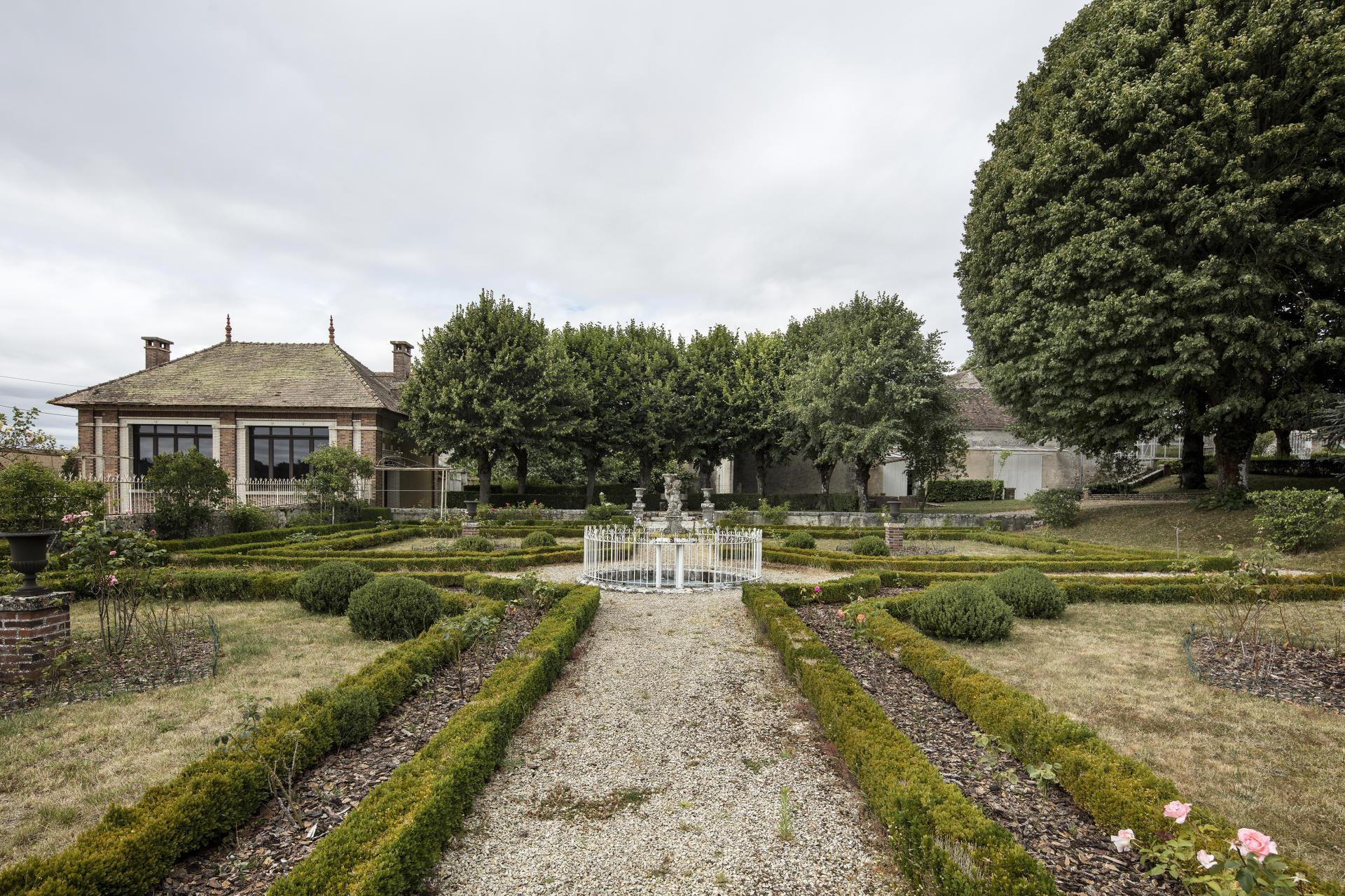 Jardin à la française qui se trouvait devant le domaine du Bois-des-Fossés, où vécut Pierre Samuel du Pont de Nemours, dans le village de Chevannes (Loiret). La maison se trouvait à l'emplacement du groupe d'arbres.