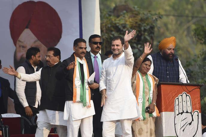 Rahul Gandhi, le chef du Congrès indien, parti d'opposition au BJP de Narendra Modi,salue ses partisans lors d'une réunion publique à New Delhi, le 4 février.