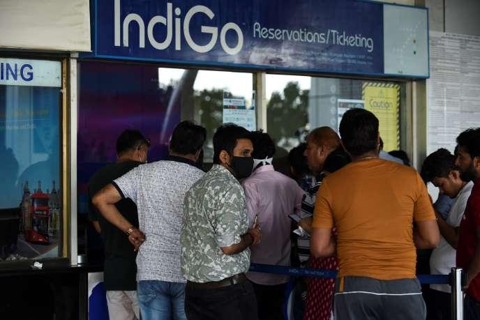 A l'aéroport international Sardar Vallabhbhai Patel, à Ahmedabad, dans le nord-ouest de l'Inde, le 23 mars.