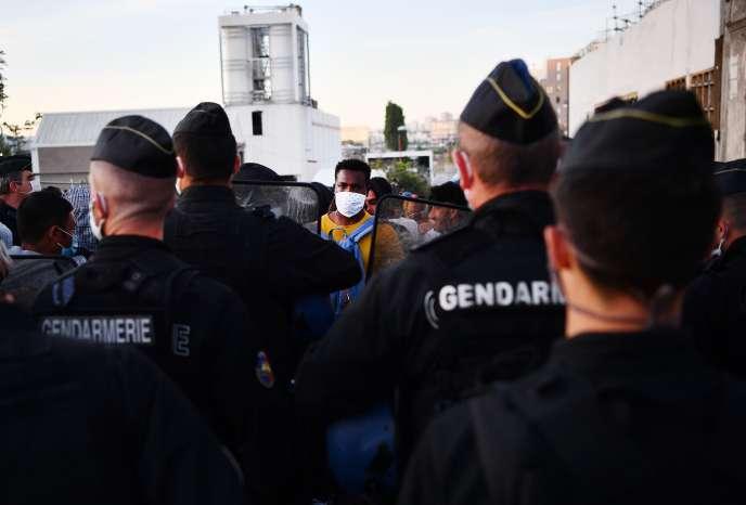 Durant l'évacuation d'uncampement où habitaient des migrants à Aubervilliers, dans le nord de Paris, le 29 juillet.