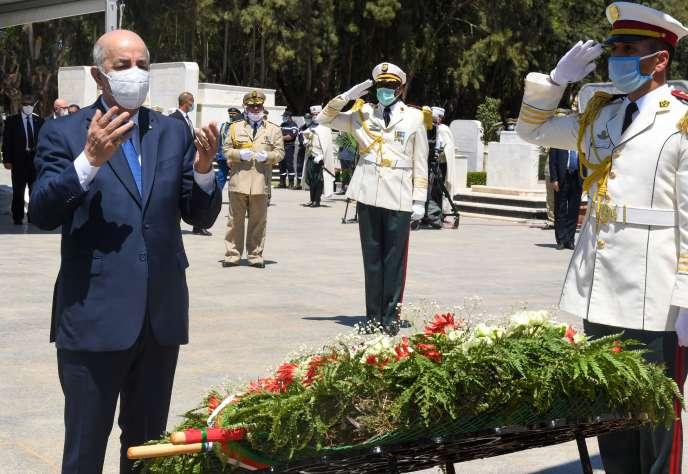 Le président algérien rend hommage aux 24 résistants à la pénétration française qui furent tués à Zaatcha le 26 novembre 1849, à Alger, le 5 juillet.