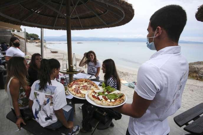 A Ajaccio (Corse-du-Sud), le 2 juin 2020. Cet été, dans l'hôtellerie-restauration, les entreprises « embauchent un salarié [prévu] sur deux », selon Thierry Grégoire, président de la branche saisonniers de l'Union des métiers et des industries de l'hôtellerie (UMIH).