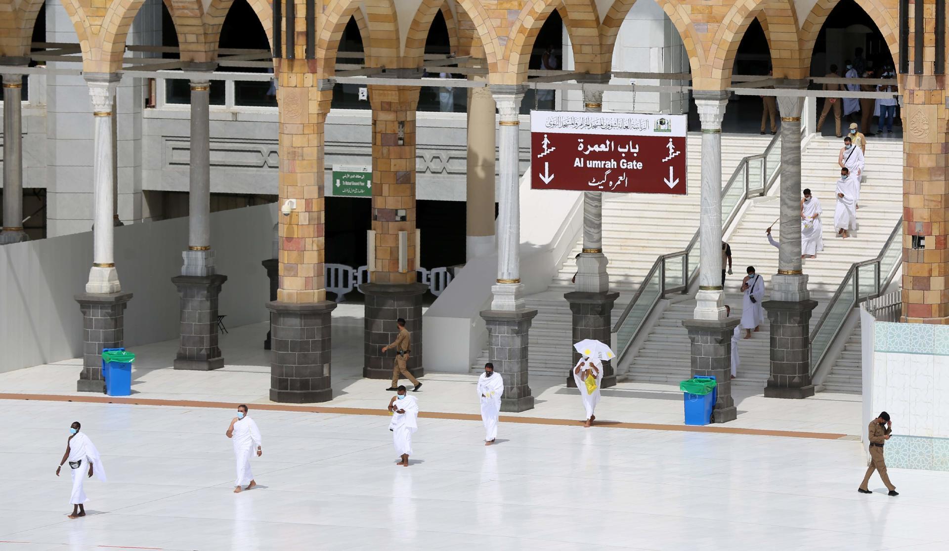 Le premier groupe de pèlerins entre dans la Kaaba pour le hadj, le 29 juillet.