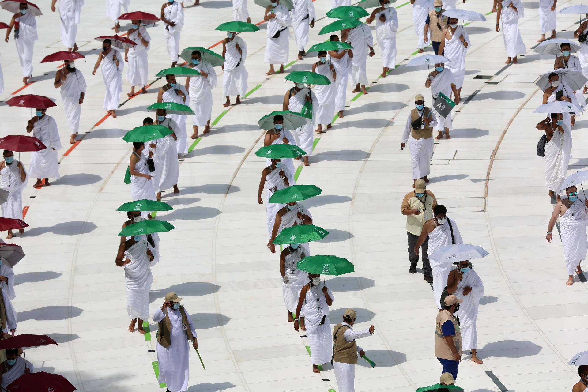 Des pèlerins autour de la Kaaba, mercredi 29 juillet.