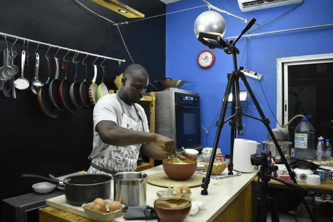 Le cuisinier youtubeur Ibrahima Ndoye dans sa cuisine-studio de tournage à Dakar, le 15juillet 2020.