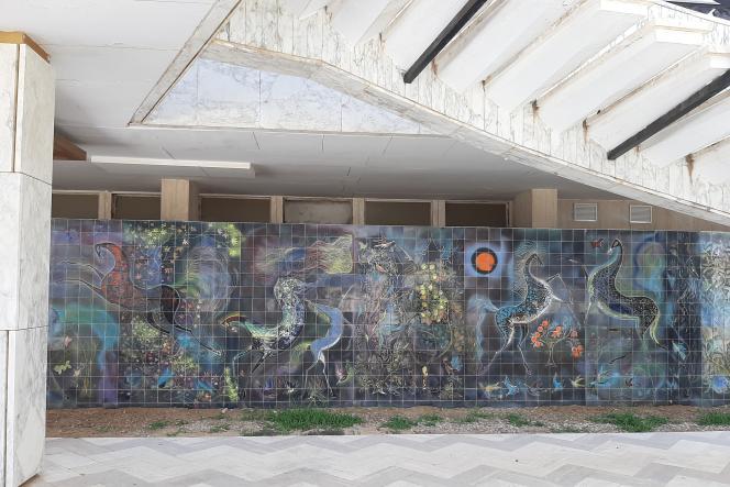 Composition en carreaux de céramique de l'artisteAbdelaziz Gorgi sous l'escalier extérieur du palais de Bourgiba, à Monastir.