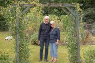 Denis et Paula Coombes dans leur jardin à Neulliac (Morbihan), le 24 juillet.