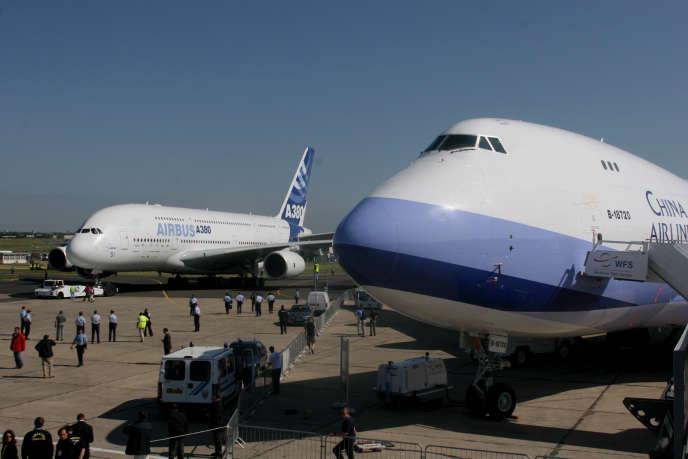 Un Airbus A380 et un Boeing 747 400, au Bourget (Seine-Saint-Denis).