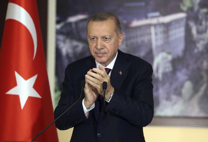 Le président Recep Tayyip Erdogan, à istanbul, avant le vote par le Parlement turc d'une loi destinée à renforcer la censure sur les réseaux sociaux, le 28 juillet 2020.