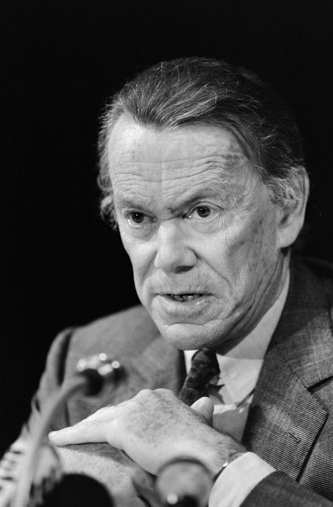 Albin Chalandon, ministre de la Justice et garde des Sceaux, tient une conférence de presse à Paris le 29 septembre 1987.