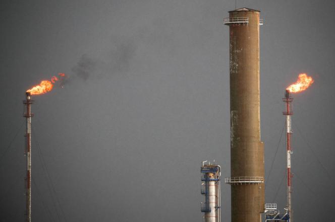 Des flammes sortent des carillons de la raffinerie Total à Donges (Loire-Atlantique), le 20 décembre 2019.