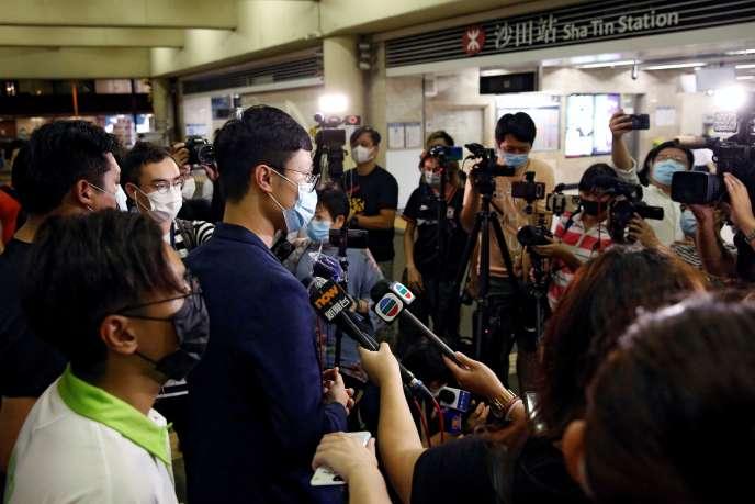 Le militant politique Ventus Lau Wing-hong (centre) s'adresse à la presse, à Hongkong (Chine), le 30 juillet.