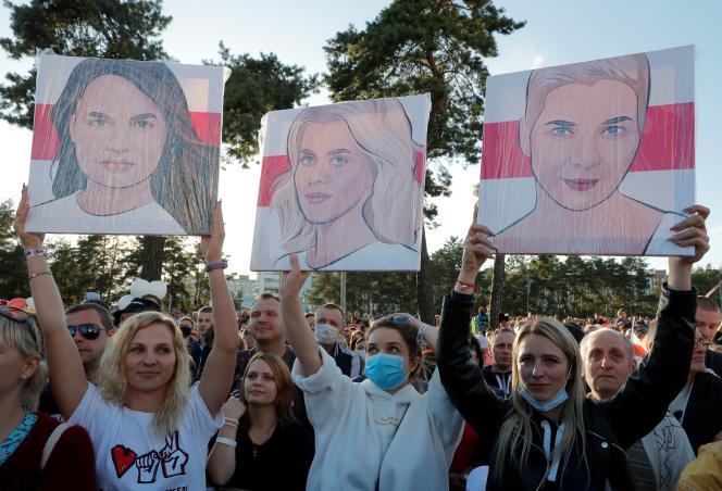 Des femmes tiennent des portraits de Svetlana Tsikhanovskaïa, Veronika Tsepkalo et Maria Kolesnikova, opposantes au président biélorusse, à Borisov, le 23 juillet.