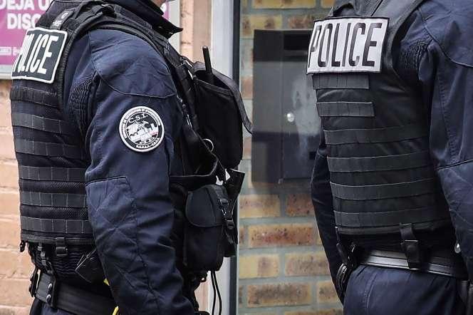 Des policiers de l'unité CSI-93, à Saint-Ouen (Seine-Saint-Denis), le 2 avril.
