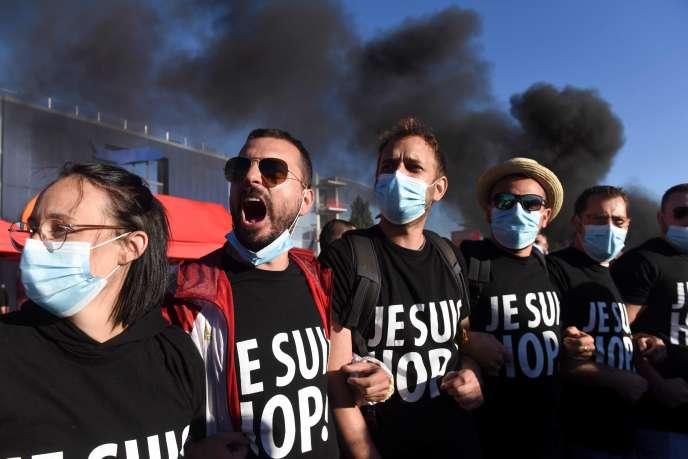 Des salariés de Hop! manifestent à Bouguenais (Loire-Atlantique), le 30 juillet.