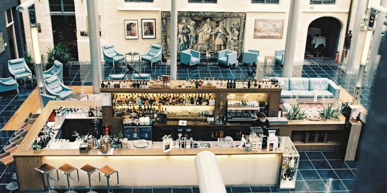 Vue sur le bar de l'hôtel. L'Hermitage Gantois à Lille le 6 juillet 2020.