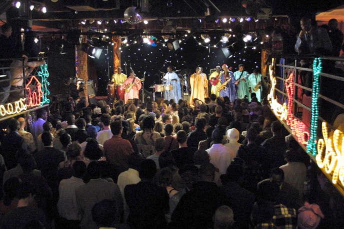 L'Orchestra Baobab dans un club de Dakar en janvier 2003.