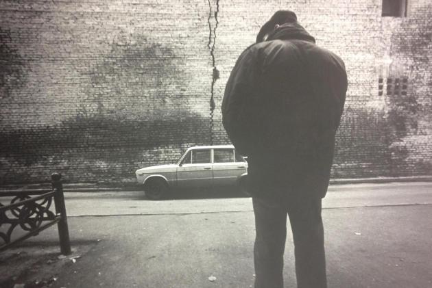 «Un homme et une automobile», extrait de la série «Moscou » (1991).Alexandre Slioussarev.Collection Multimedia Art Museum, Moscou.