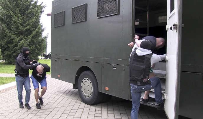 Photo tirée d'une vidéo diffusée par la télévision et de radio biélorusse de l'arrestation à Minsk, le 29 juillet, de plusieurs hommes soupçonnés d'appartenir au groupe de paramilitaires russes Wagner.