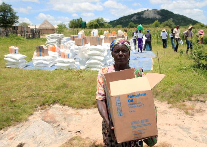Distribution de denrées de première nécessité du Programme alimentaire mondiale dans le district de Mudzi, au Zimbabwe, en février 2020.