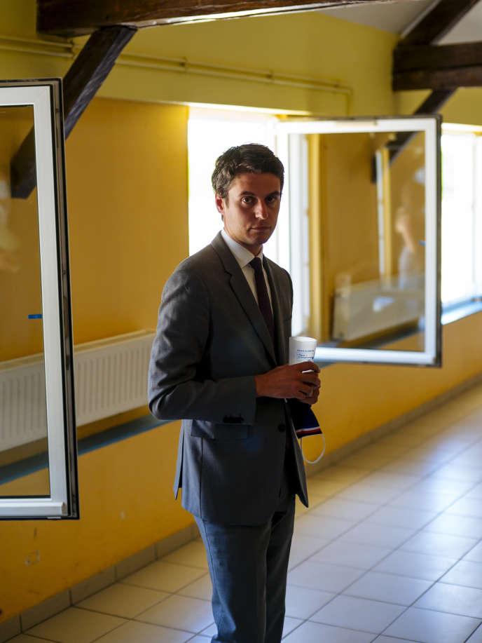 Gabriel Attal, en visite au centre de vacances Vaunaval du Lude (Sarthe), le 30 juillet.
