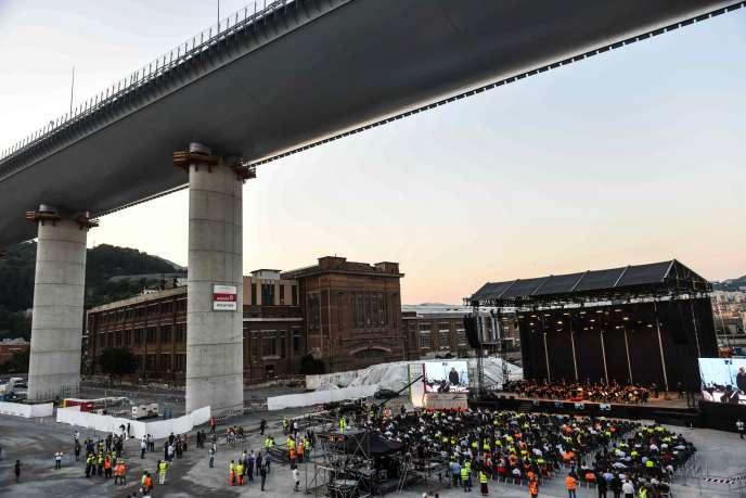 Un concert se déroule sous le nouveau pont en présence des ouvriers du chantier et de leur famille,à Gênes, le 27 juillet.